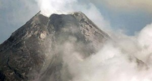 Volcán Mayon escupe lava