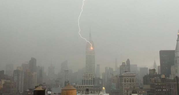 Photo of Un rayo impacta en el Empire State de Nueva York