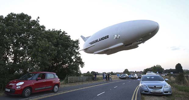 Photo of El dirigible más grande del mundo se despachurra sobre el aeródromo de Cardington